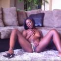 Hot Ebony Ana Fox te muestra cómo se hacen los dedos